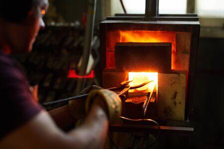 Heating metal in furnace Фото со стока - 124817085