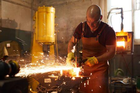 Schneiden von erhitztem Metallstück mit Schleifer