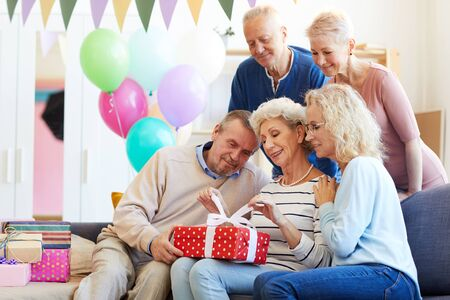 Warten auf offenes Geschenk der Geburtstagsfrau