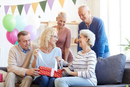 Podekscytowany prezentami urodzinowymi
