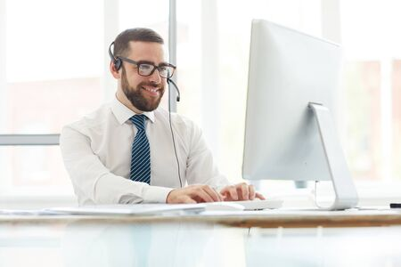 Positive switchboard operator answering website message 版權商用圖片 - 129204844