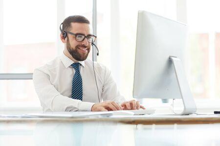 Positiver Telefonist, der die Website-Nachricht beantwortet