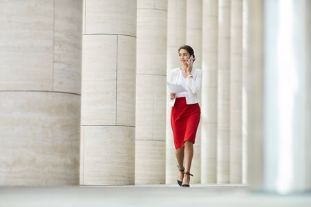 Femme d'affaires parlant par téléphone à l'extérieur