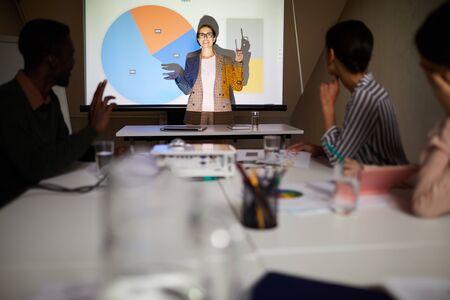 Financieel analist die grafieken presenteert tijdens vergadering