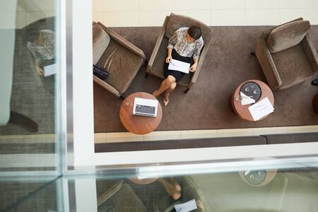 Above view background of waiting room or office lobby with comfortable chairs and relaxing working space, copy space Stockfoto