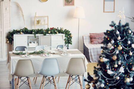 Immagine di sfondo di un'elegante sala da pranzo decorata per la festa di Natale in sottili tonalità oro e argento, spazio copia