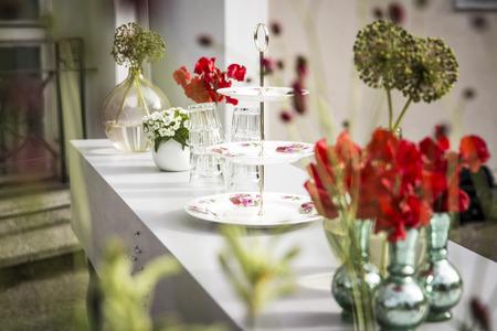 花の花束のガーデン パーティー テーブル花 写真素材
