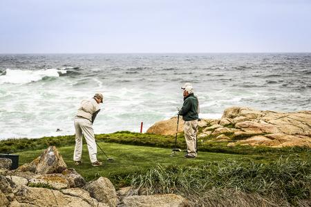 17: Los jugadores de golf junto al mar, 17 Miles Drive, EE.UU. Foto de archivo