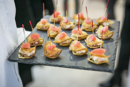 charolas: Catering, buffet y Finger Food  vieiras Foto de archivo