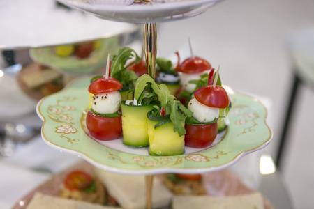 patisserie: Rotoli zucchine, pomodori e pasticceria con champagne  Catering