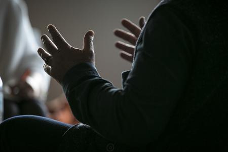 手のジェスチャー話男します。