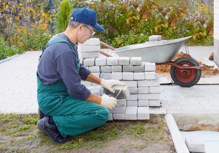 Der Arbeitnehmer bereitet einen Platz f�r ein Pflaster
