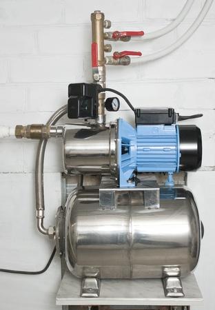 bomba de agua: Bomba de agua autom�tico en el s�tano