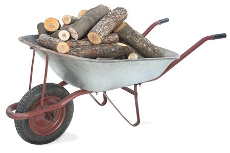 Eine alte Schubkarre voll von Brennholz auf wei�em Hintergrund