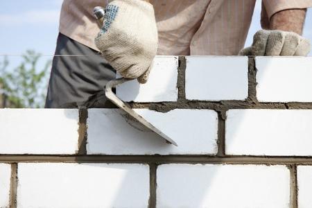 Bau der Mauer von wei�en Backstein