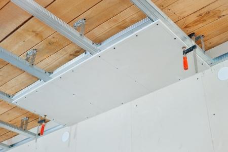 Montaż sufitu podwieszanego z płyty gipsowej Zdjęcie Seryjne - 12940516