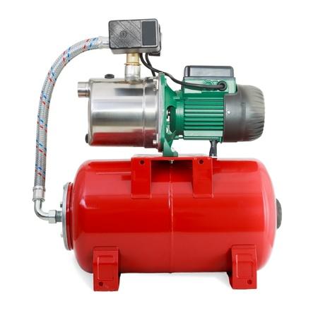 bomba de agua: Nueva bomba de agua automática con el depósito rojo Foto de archivo