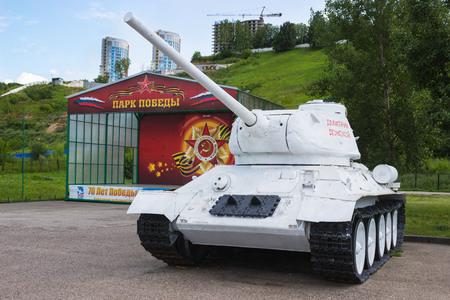 Rusia, Nizhny Novgorod, alrededor de-JUL-2015: El tanque soviético T-34 participante segunda guerra mundial en el camuflaje de invierno. Exposición en N.Novgorod. Electrodomésticos en buenas condiciones, la exposición está abierta durante todo el año Editorial