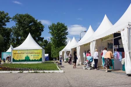 Balakhna, Russland 18. Juni 2017: In der Kleinstadt von Balakhna beginnt eine orthodoxe Ausstellung. Wir sehen die ersten Käufer