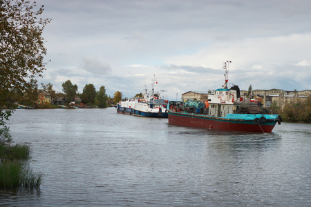Vytegra, Russia - Sep 16, 2012: Caravan of ships at the Mariinsky Canal in Vytegra. Through this channel you can swim from the Baltic Sea to the Caspian Banco de Imagens - 90644775