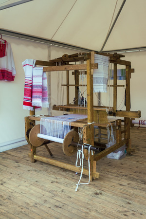 Ancient russian weaving loom. Tradition making fabric machine Banque d'images