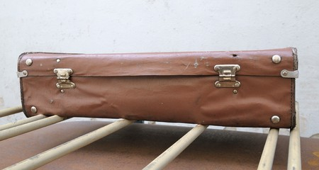 rumple: Old suitcase on a roof of the old car