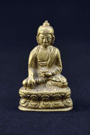 metal sculpture: Buddha scultura di metallo su sfondo nero, close-up