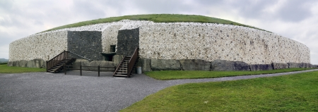 co  meath: Newgrange in the Boyne Valley is a 5000 year old Passage Tomb  Co  Meath, Ireland  Stock Photo