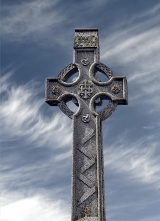 croce celtica: Celtica croce di pietra, nella contea di Meath, Trim, Irlanda Archivio Fotografico