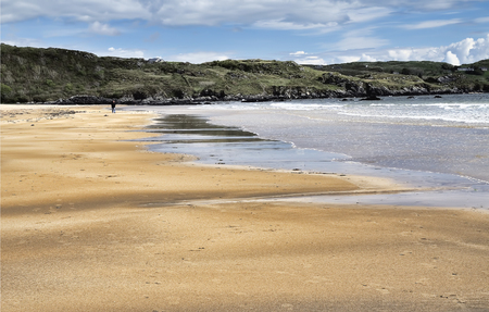 sligo: Fintra beach is a beautiful sandy beach just a couple of kilometers outside the fishing port of Killybegs  Stunning views of both the beach and Donegal Bay as far as Benbulben mountain in County Sligo Stock Photo