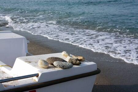 water s edge: Stern di barca su uno sfondo una spiaggia