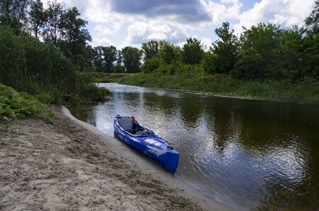 One kayak on the banks of the river Archivio Fotografico - 132073555