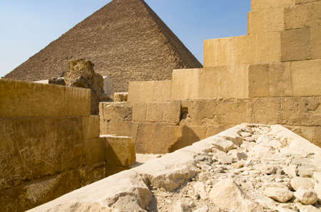 Buildings from blocks against the background of the pyramid in Giza Archivio Fotografico