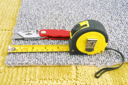 tapijt montage met gereedschap Stockfoto