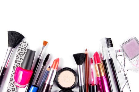 maquillage et brosses ensemble cosmétique isolé sur blanc Banque d'images