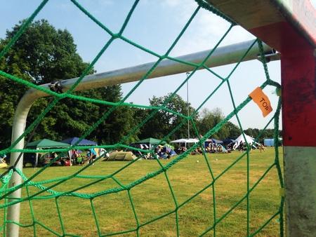 Schot door handbal op een lokaal divers balsportfestival gedurende een weekend in de zomer.