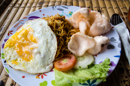Typische Indonesische schotel mie goreng dichte omhooggaand.