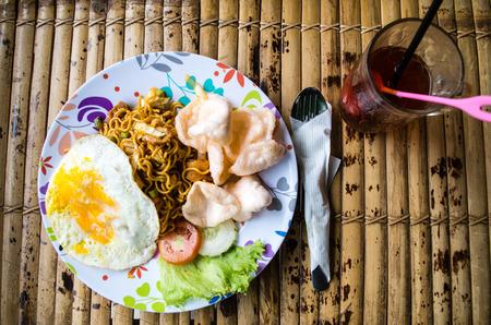 Typisch Indonesisch gerecht met een drankje.