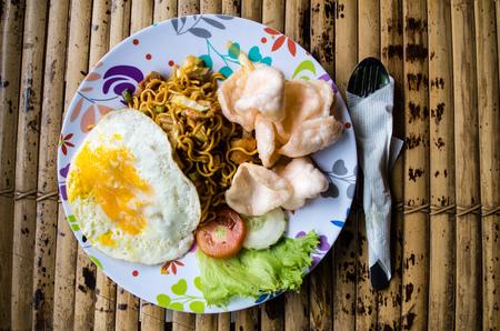 Typische Indonesische schotel mie goreng.