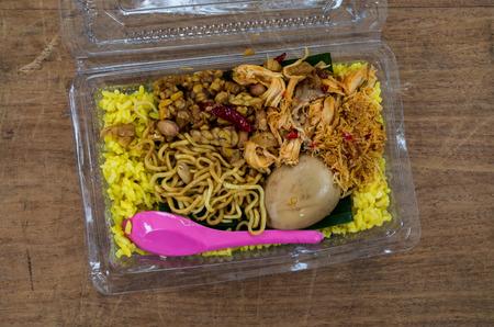 Nasi kuning - Indonesian yellow rice dish. Banque d'images