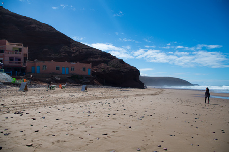 Walking along the beach with legzira in background. Banque d'images