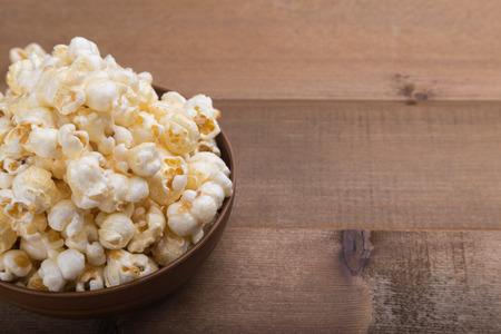 bowl of popcorn on wooden background selactive focus 版權商用圖片