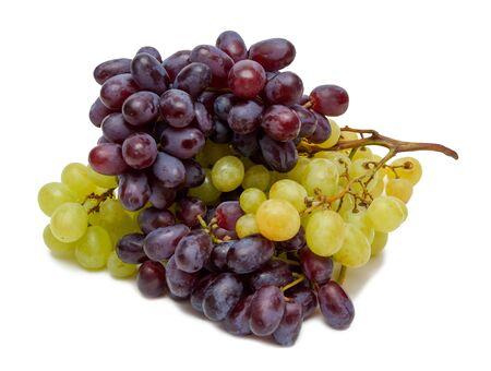 Racimos de uvas entrelazadas fruta verde negro aislado en un primer plano de fondo blanco