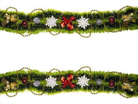 Ghirlanda di Natale verde con palline di perline fiocchi di neve pigne Decorazione natalizia isolato colore bianco Invito, biglietto di auguri. Sfondo di festa.