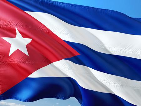 Bandera de Cuba ondeando en el viento contra el cielo azul profundo. Tejido de alta calidad.