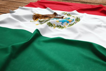 Drapeau du Mexique sur un fond de bureau en bois. Vue de dessus du drapeau mexicain en soie. Banque d'images