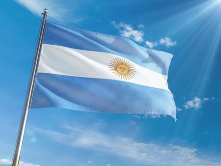Ondear la bandera nacional de Argentina en la pole contra el fondo de cielo azul soleado. Alta definición