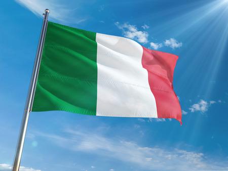 Italië nationale vlag zwaaien op paal tegen zonnige blauwe hemelachtergrond. Hoge kwaliteit