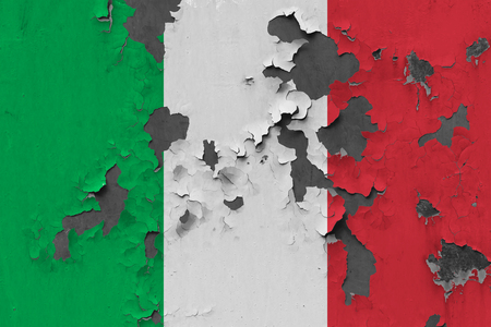 Close up grungy, damaged and weathered Italy flag on wall peeling off paint to see inside surface. Stockfoto