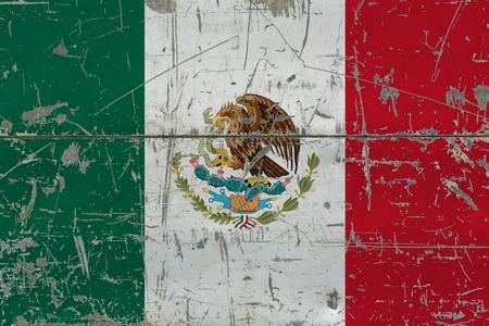 Drapeau du Mexique grunge sur la vieille surface en bois rayée. Fond vintage national. Banque d'images